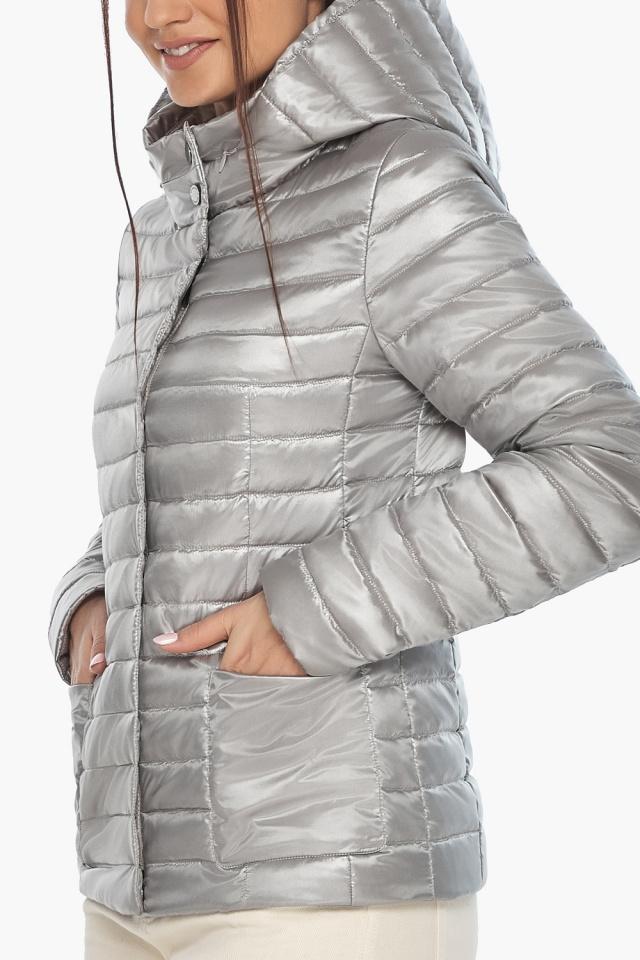"""Короткая куртка женская на осень-весну цвет перламутровый светло-серый модель 67510 Braggart """"Angel's Fluff"""" фото 7"""