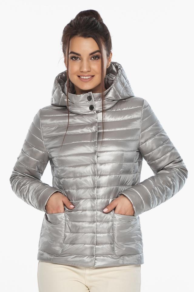 """Короткая куртка женская на осень-весну цвет перламутровый светло-серый модель 67510 Braggart """"Angel's Fluff"""" фото 3"""