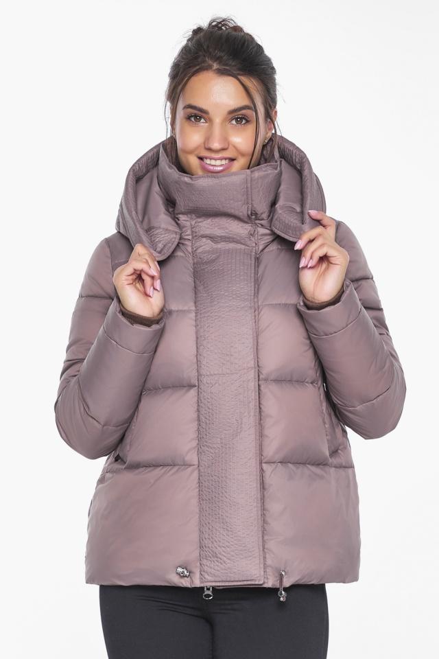Короткая пудровая куртка женская зимняя модель 43560