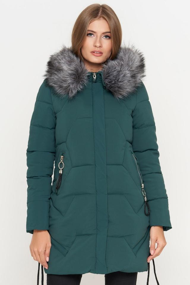 Зеленая куртка женская зимняя полуприталенного кроя модель 6372