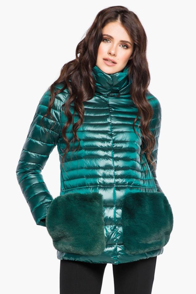 """Изумрудная куртка с брендовой фурнитурой женская осенне-весенняя модель 15115 Braggart """"Angel's Fluff"""" фото 4"""
