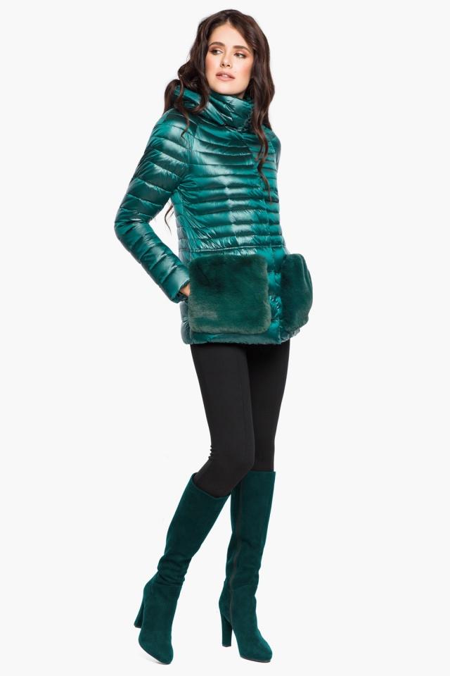 """Изумрудная куртка с брендовой фурнитурой женская осенне-весенняя модель 15115 Braggart """"Angel's Fluff"""" фото 3"""